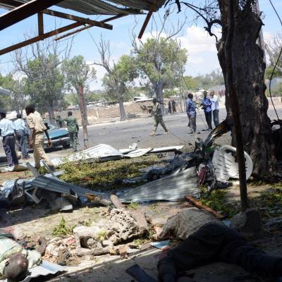 Des policiers sur les lieux d une explosion a la voiture piegee devant un cafe le 27 fevrier 2014 a mogadiscio en somalie 4800028
