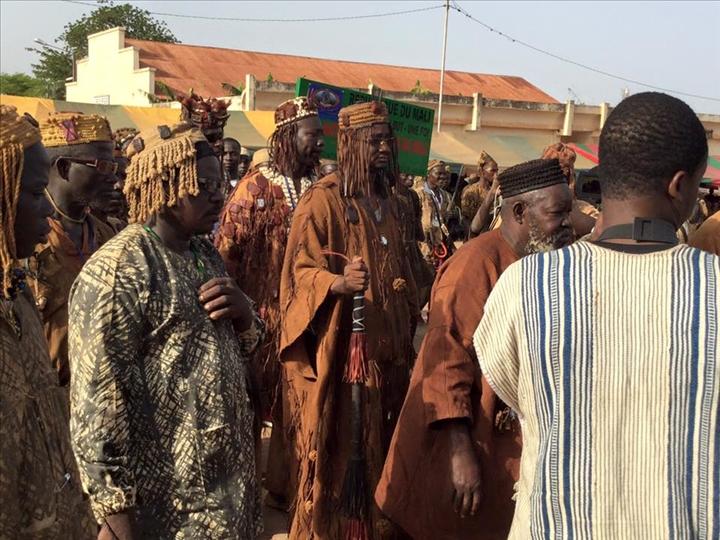 """Burkina Faso : des chasseurs traditionnels """"Dozo"""" mettent en déroute des individus suspects armés dans le sud-ouest du pays"""