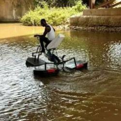 Ghana: un vélo aquatique pour ne plus se mouiller sur le chemin de l'école