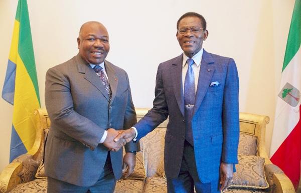 Poignee de mains entre s e ali bongo ondimba et s e teodoro obiang nguema mbasogo
